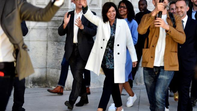 La socialista Anne Hidalgo celebra su victoria que le permitirá gobernar París seis años más.