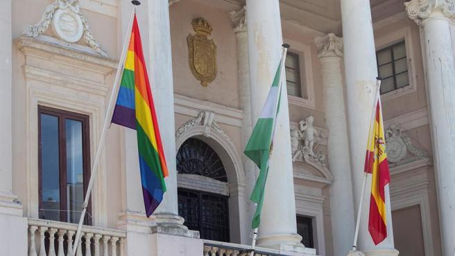 Bandera LGTBI en la fachada del Ayuntamiento de Cádiz.