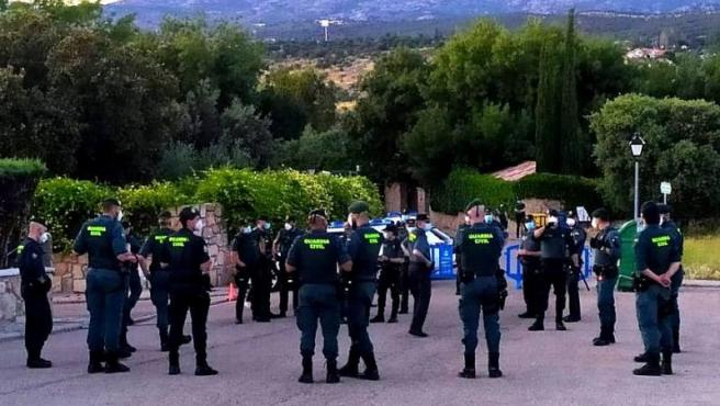Agentes de la Guardia Civil en los alrededores de la vivienda de Iglesias y Montero en la localidad de Galapagar.