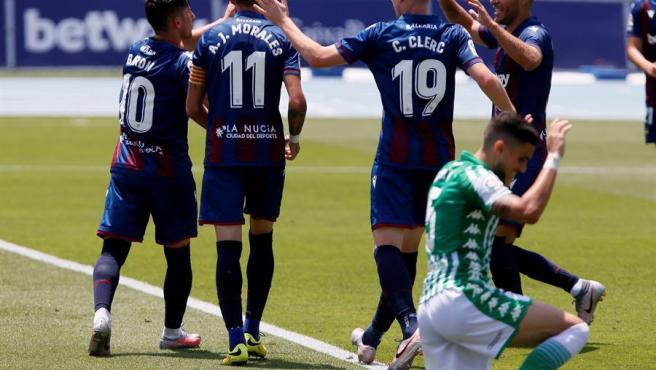 Un momento del partido entre Levante y Betis.