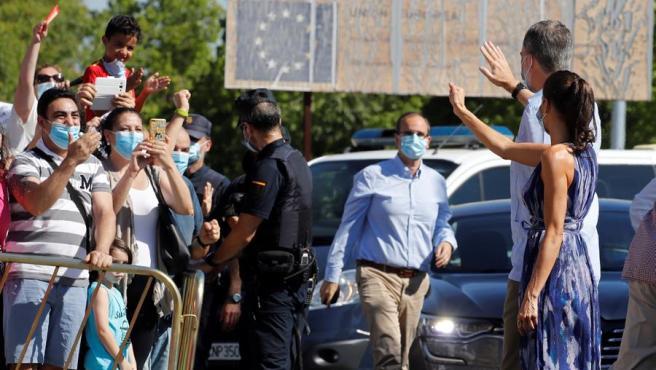 Los reyes han iniciado este lunes su visita a Andalucía con un recorrido por algunas zonas del Polígono Sur de Sevilla, uno de los barrios más pobres de España.