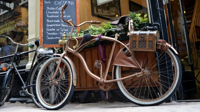 Una bicicleta aparcada delante de un café.