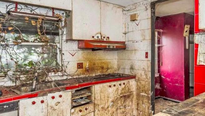 Cocina de la casa abandonada del barrio de Queens que se vende por 828.888 dólares.
