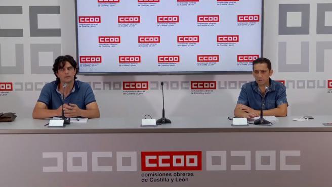 El coordinador de IU en Castilla y León, Juan Gascón, (i) y el secretario regional de CCOO, Vicente Andrés, (d) tras su reunión.