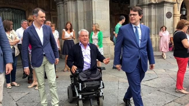 El presidente de la Junta de Castilla y León, Alfonso Fernández Mañueco, en una imagen de archivo con Juan José Aliste (en el centro).
