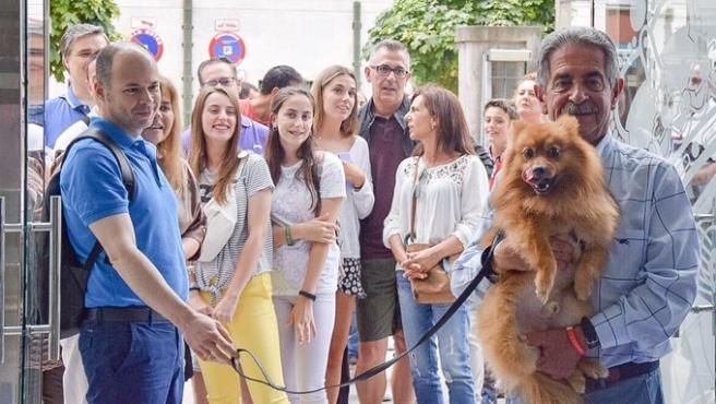 El presudente de Cantaria, Miguel Ángel Revilla, recibe a turistas en Santander, en 2019. Archivo