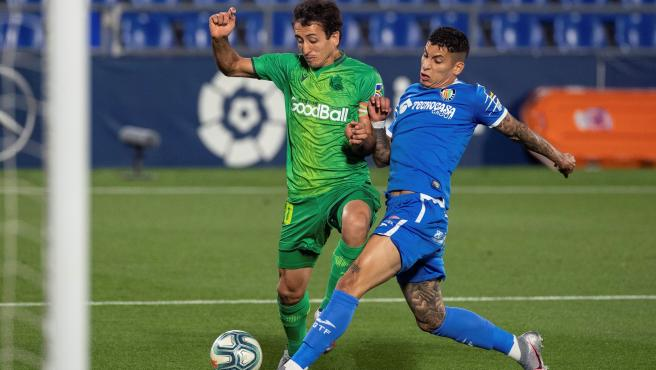 Oyarzábal y Mathias Olivera pugnan por un balón