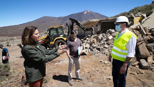 La consejera de Medio Ambiente del Cabildo de Tenerife, Isabel García, en los trabajos de demolición del refugio de montañeros del Llano de Ucanca, en el Parque Nacional del Teide