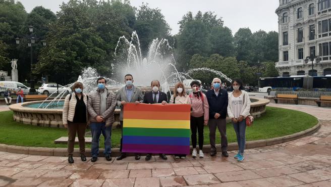 Los concejales del PSOE en el Ayuntamiento de Oviedo posan con una bandera arcoíris en la plaza de la Escandalera.