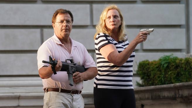 Mark y Patricia McCloskey, el matrimonio de abogados que amenazó a los manifestantes.