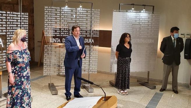Vara y representantes de CCOO, UGT y la patronal empresarial en la firma del documento de Medidas Extraordinarias para la Recuperación Social y Económica de Extremadura ante la pandemia de la Covid-19