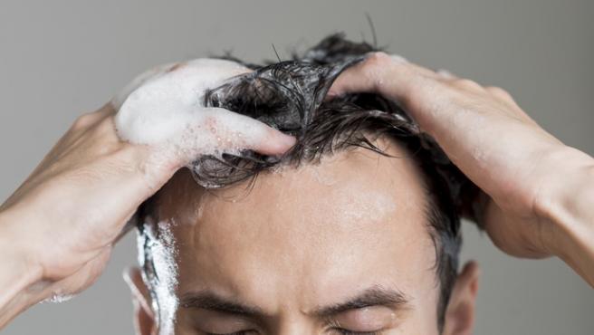 Hidratar y someter el pelo a una exfoliación es muy necesario en verano.