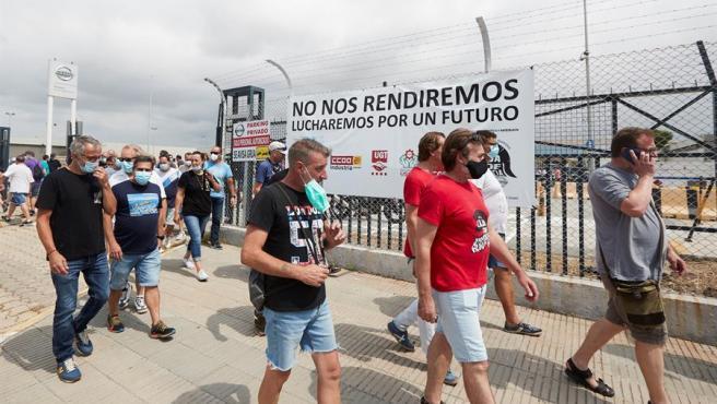 Centenares de trabajadores de Nissan se han concentrado en las inmediaciones del edificio corporativo de la Zona Franca