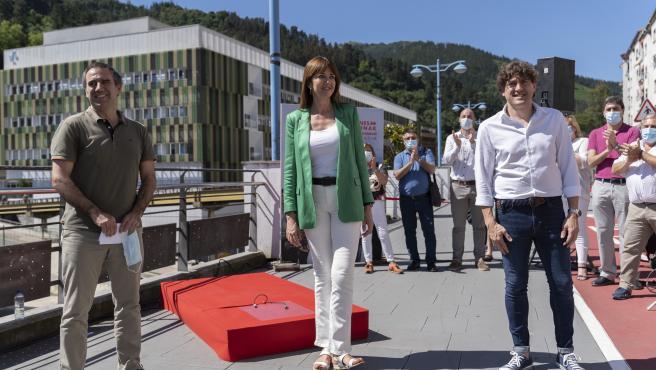 El alcalde de Eibar, Miguel de los Toyos, y los candidatos socialistas Idoia Mendia y Eneko Andueza