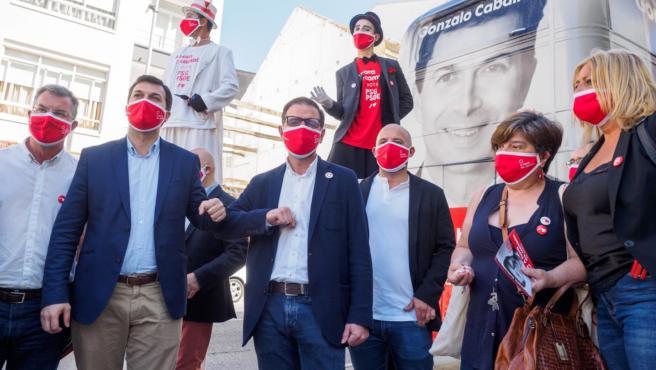 El candidato socialista, Gonzalo Caballero, junto al alcalde de Ferrol, Ángel Mato