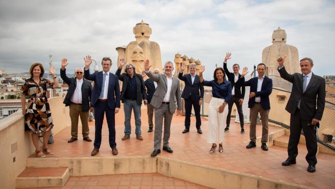 El concejal de Turismo de Barcelona, Xavier Marcé (4i); el primer teniente de alcalde, Jaume Collboni (6i); el presidente de Turisme de Barcelona, Eduard Torres (3i); y la directora general del consorcio Turisme de Barcelona, Marian Muro (4d)