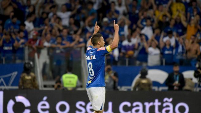 El jugador brasileño celebra un gol.