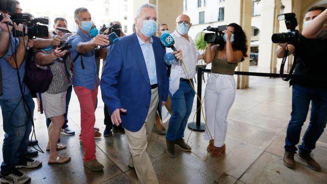 L'exalcalde del PP d'Alacant Luis Díaz Alperi, esquiva als mig a la seua arribada a l'Audiència Provincial d'Alacant per a asseure's en el banc dels acusats pel cas Brugal
