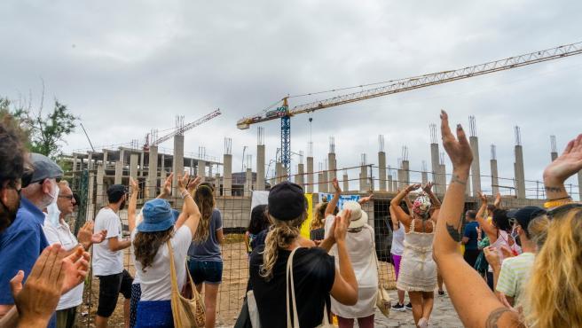 Manifestantes se concentran junto a las grúas donde se construye un hotel de lujo en La Tejita