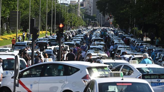Decenas de taxistas han participado en la manifestación en Madrid.