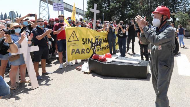 Trabajadores de la Central Térmica Teruel en la localidad turolense de Andorra aplauden durante una concentración en las puertas de la carboeléctrica, en el momento en el que se produce el último cambio de turno de los empleados.