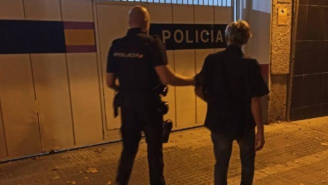 Un agente de la Policía Nacional con uno de los dos detenidos este fin de semana por un delito de robo con fuerza