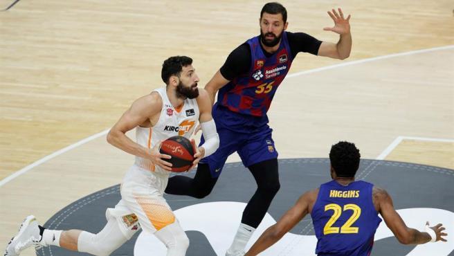 La Liga ACB tiene un sorprendente pero a la vez justo campeón. El Baskonia se impuso al Barça en una apretadísima final (67-69) que se decidió en los últimos minutos y en la que la clave fue la gran defensa de los vitorianos, que atenazó a Mirotic y al resto de estrellas azulgranas. Una canasta de Luca Vildoza le dio el título a los vascos tras la novedosa y difícil de olvidar Fase Final en el año del coronavirus.