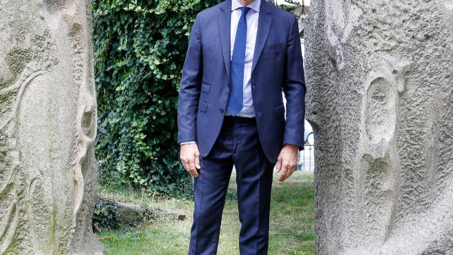 El presidente de la Xunta de Galicia y candidato a la reelección por el PP, Alberto Núñez Feijóo, posa tras una entrevista para Europa Press, en Vigo, Pontevedra, Galicia (España), a 30 de junio de 2020.