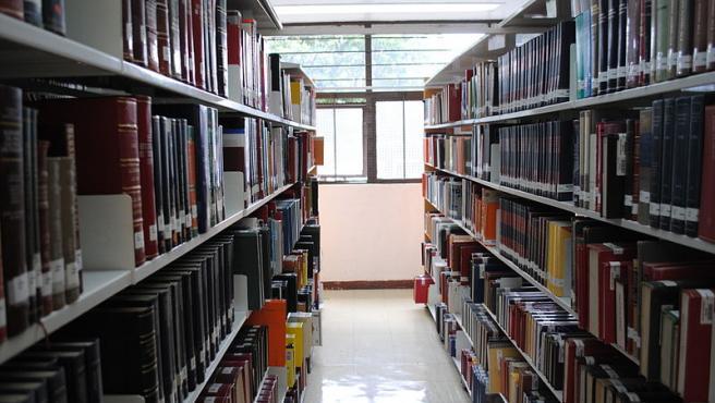 Estanterías en la Biblioteca Central de la UNAM. Foto ProtoplasmaKid. Wikimedia Commons