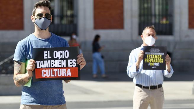 Los hosteleros de la noche se manifiestan para pedir su apertura frente a la sede de la Comunidad de Madrid.