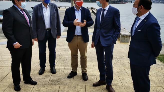 Los tres rectores de las universidades públicas, el candidato del PSdeG a la Xunta, Gonzalo Caballero, y el ministro de Ciencia e Innovación, Pedro Duque, en Moaña (Pontevedra)