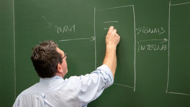 Un profesor dando clase.