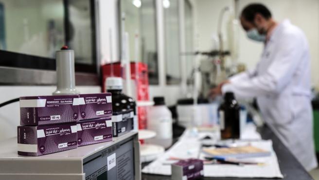 Varias cajas de Remdesivir en una fábrica en la que se produce este medicamento en la ciudad de Giza, Egipto.
