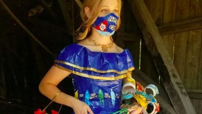 Vestido de cinta adhesiva inspirado en el coronavirus.