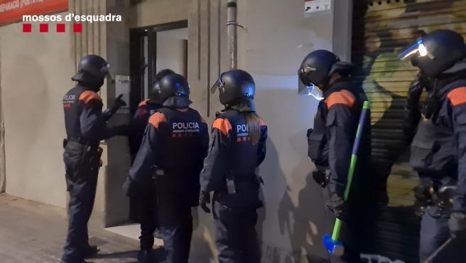 Unos 500 agentes de los Mossos d'Esquadra participan desde esta madrugada en una operación para desarticular un clan familiar dedicado a cometer delitos violentos y contra el patrimonio que tenía su base en el barrio de La Mina de Sant Adrià del Besòs (Barcelona). SANT ADRIA(MINA), BCN Y BDN Hay un número indeterminado de detenidos y se han realizado una veintena de entradas y registros en Sant Adrià del Besós, Barcelona y Badalona, aunque el epicentro del dispositivo el mencionado barrio de La Mina.