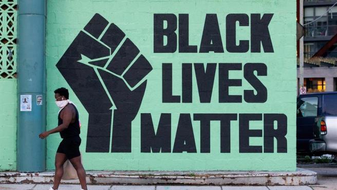 Un mural con el lema 'Black Lives Matter' (Las vidas de los negros importan), en Washington DC, EE UU.