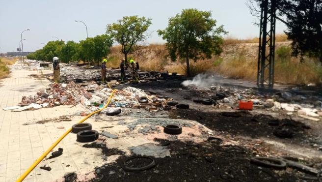 Bomberos en la zona afectada por las llamas.