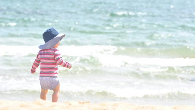Los más pequeños disfrutan mucho del contacto con el mar y la arena.
