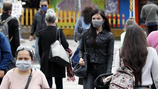 Ciudadanos con mascarillas por el coronavirus, en Bogotá, Colombia.