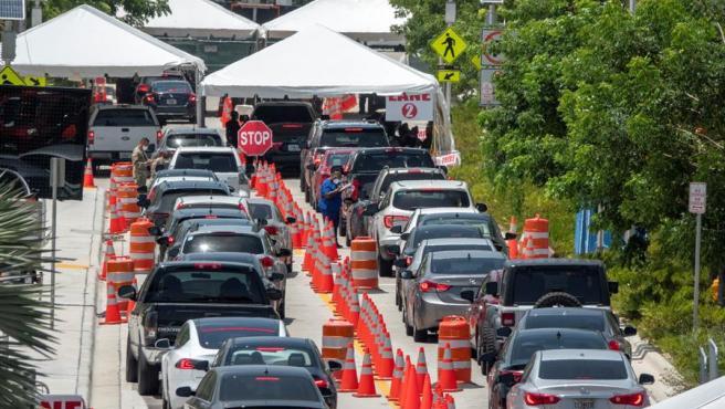 Decenas de personas hacen cola en sus vehículos para hacerse el test del coronavirus en Miami Beach, Florida (EE UU).