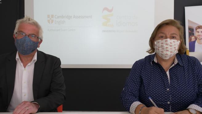 Firma del acuerdo entre UMH y Cambridge Assessment English.