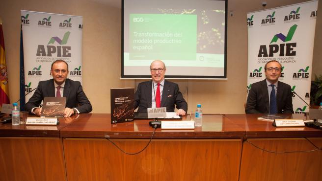 John de Zulueta, presidente del Círculo de Empresarios (en el medio).