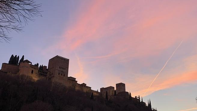 La parte frontal de La Alhambra (Granada) y de fondo un bonito atardecer. Foto: ángel García. Wikimedia Commons