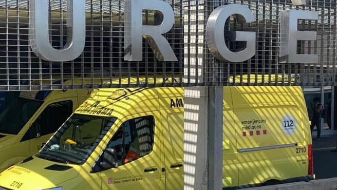Una ambulancia en el área de urgencias del Hospital Universitario Arnau de Vilanova de Lleida.