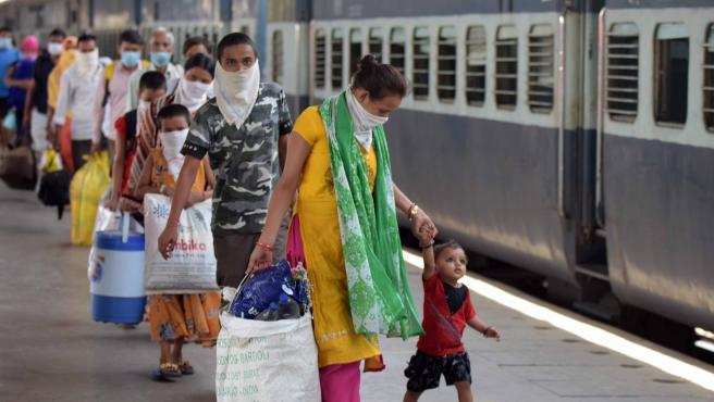 Migrantes indios llegan en un tren especial al cruce de Prayagraj en plena pandemia.
