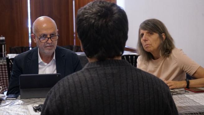 Pancho Casal, cabeza de lista de Marea Galeguista, junto a Peque González, número uno por Pontevedra, en una reunión con familiares de residencias de mayores