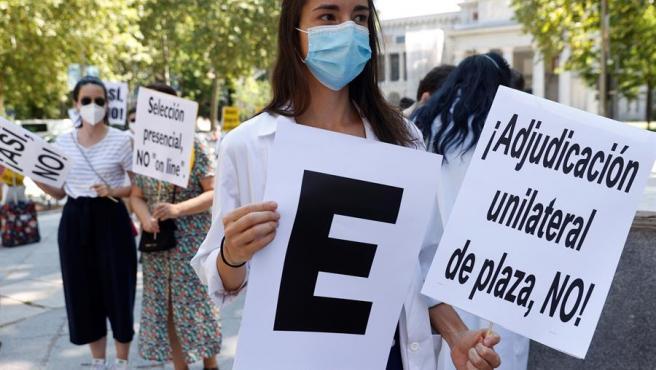 Imagen de archivo de varios residentes de medicina participan en una protesta.