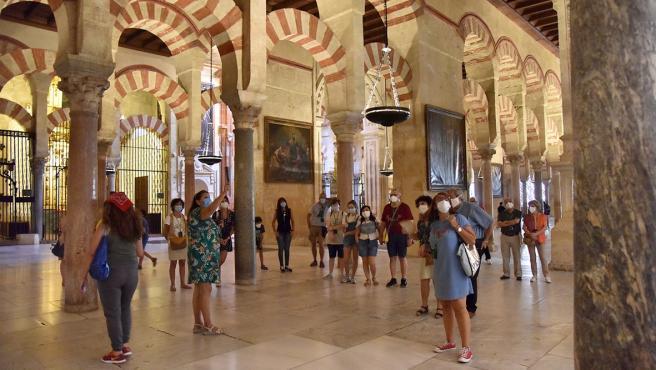 Un grupo de turistas en la Mezquita-Catedral
