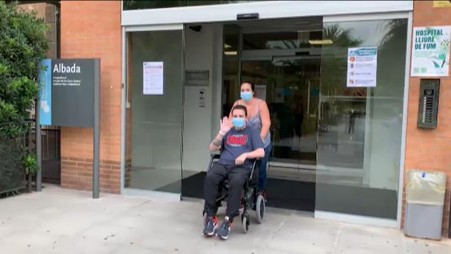 """Tras tres meses ingresado por coronavirus, Marc afronta a sus 34 años una nueva vida en silla de ruedas, reaprendiendo a hablar y teniendo que escuchar que la covid no es un peligro para los jóvenes. """"Sed conscientes no es una broma, covid, protegeos"""", avisa a los jóvenes. No tenía ninguna patología previa cuando el virus llegó a su vida, fue al hospital con síntomas leves pero la enfermedad se complicó y sufrió un tromboembolismo pulmonar y dos paros cardiacos. Consiguió no perder la vida tras dos paros cardiacos, pero ahora le queda un largo y difícil camino por recorrer. Marc sólo quiere gritar a los cuatro vientos una cosa: """"no es una cosa de mayores, también de jóvenes"""", para que su pesadilla sirvan como ejemplo al resto de jóvenes que se sienten"""