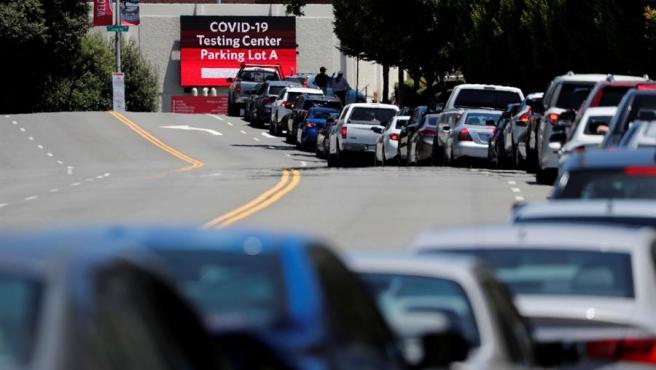 Cientos de personas hacen cola en sus vehículos para hacerse un test de COVID-19 en un campus de la Universidad Estatal de California, en Hayward, California (EE UU).